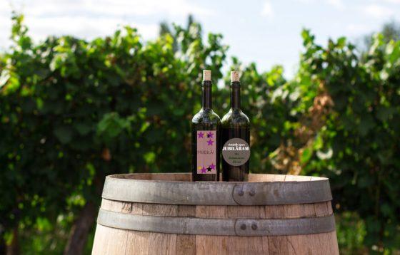 Vīna pudele ar personalizētu etiķeti