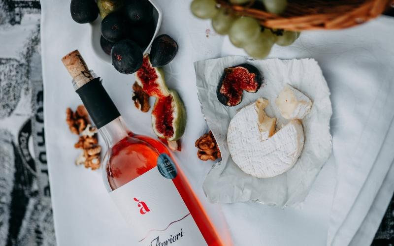 sieru izlase ar vīnu